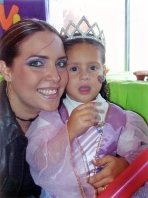 Alexia González Urrea con su mamá Laura Urrea de González en la fiesta que le ofrecieron recientemente con motivo de su tercer año de vida.