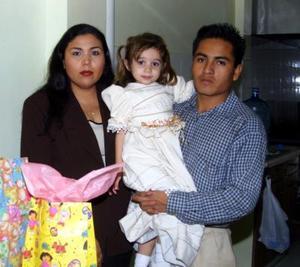 Edia Selena Adame Bernal acompañada de sus papás, Haydeé Bernal Cháirez y Gilberto Adame Ramírez.