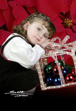 Niña Margarita Mafud González en una fotografía de estudio con motivo de la Navidad