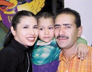 Guillermo Tapia junto a sus papás, Esmeralda Aledina de Tapia y Guillermo Tapia Chávez en su fiesta.