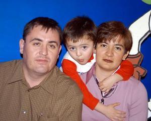 <u>16 de diciembre </u><p>  Nazario López Téllez acompañado de sus papás Nazario López y Lourdes Téllez de López en el festejo que le organizaron por su cumpleaños.