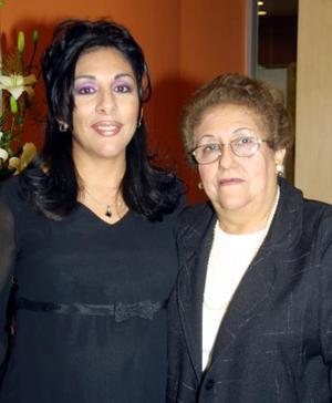 Amelia Flores de Uribe acompañada de la señora María Dolores Vélez de Flores, en su fiesta de canastilla