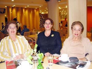 Bertha de Zúñiga, Gaby de Flores y Amparo de Iduñate reunidas en un café.