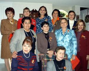 Integrantes del Club  Isabel la Católica captados en  una posada navideña.