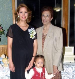 María Teresa Pérez de Martínez acompañada de Elsa Castillo de Pérez y de su pequeña hija.