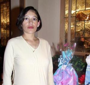 Marian Ramírez de Ruíz en la fiesta de regalos que le preparó Juanita de Ruiz.