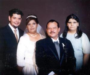 Sr. José Antonio Rocha González y C.P. Rosa María Muñoz Martínez en una fotografía de estudio con motivo de su 25 aniversario de bidas acomoañados por sus hijos Ángel  Antonio y Blanca Cristina Rocha Muñoz.