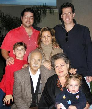 Fernando Mafud y Mayrna de Mafud acompañada de su hija Myrna y sus nietos Fernando y Renata y de sus amigos Juan carlos y Sam.