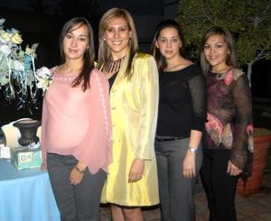 Deneb G. de Nohra con las organizadoras de su fiesta de canastilla, Brenda de Haro, Jimena de Chibli y Jéssica Rodríguez.
