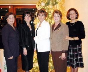 <u> 15 de diciembre </u> <p> Neda de Giacomán, Jazmín de Gutiérrez, Soraya de Serhan, Susana de González y Cecilia de Iriarte, reunidas recientemente.
