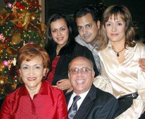 Armando Martínez Herrera y Leticia Alcázar de Martínez con sus hijos Lizett, Armando y Mónica en pasada reunión.