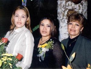 La cercana contrayente Marlene Cázares acompañada de Gabriela Cázares de Espinoza  y Cuquis Muñoz de Cázares.