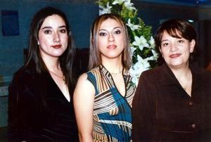 Laura Navejas en su despedida de soltera acompañada por su hermana Beatriz Navejas de Riveara y su cuñada Silvia de Navejas.
