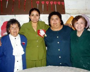 Raquel Ovalle Soto acompañada de las organizadoras de su despedida de soltera