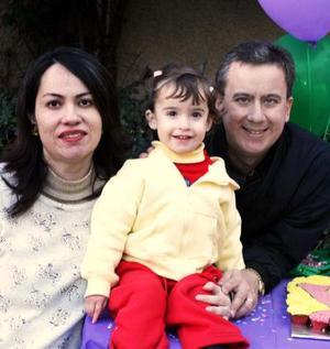 Ana Cecy Rivera Cruz acompañada de sus papás Norma de Rivera y Fernando Rivera en la fiesta que le organizaron por su segundo aniversario.