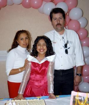 Cinthia Edith Barriada Canales acompañada de sus papás Jaime Barriada Wong y Maria Dolores Canales en la fiesta infantil que le organizaron por su cumpleaños.
