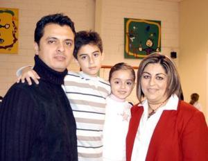 Hugoalexei y Elexa acompañados de sus papás, Hugo Nuñez y Alejandra de Núñez en el festejo que les organizaron por sus respectivos cumpleaños.