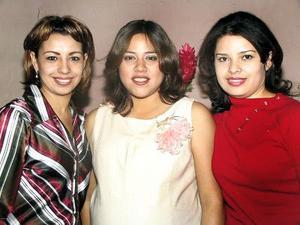 Verónica Villalobos de Guzmán acompañada de sus cuñadas Cristina y Katy de Villalobos en la fiesta de canastilla que le ofrecieron.