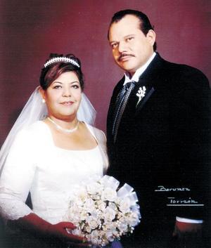 Sr. José Antonio Rocha González y C.P. Rosa Muñoz Martínez celebraron su 25 aniversario de bodas de plata matrimoniales con una ceremonia cristiana el 30 de agosto de 2003.  Estudio Berumen.