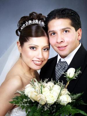 C.P. José Arellano Ramírez y C.P. Claudia Iliana Tabares García recibieron la bendición nupcial en la parroquia Los Ángeles el seis de diciembre de 2003. . Estudio Laura Grageda.
