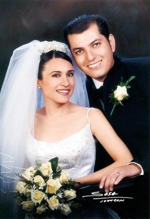 C.P. Sergio Fernando Castañón Martínez y Lic. Cinthia Fierro Proa contrajeron matrimonio religioso en la parroquia Los Ángeles el seis de diciembre de 2003.  Studio Sosa.