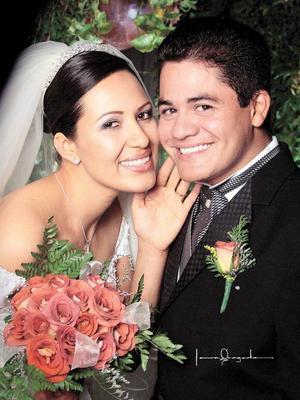 Ing. Juan Carlos Facio López e I.B.Q. Anabel Torres Armendáriz recibieron la bendición nupcial en la parroquia de Nuestra Señora de la Virgen del Perpetuo Socorro el ocho de noviembre de 2003.  Estudio Laura Grageda.