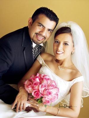 Ing. Jaime Joel Jiménez Sánchez y Lic. Sandra Natalia Hernández Ruiz recibieron la bendición nupcial en la parroquia de Los Ángeles el 27 de septiembre de 2003.   Estudio Laura Grageda.
