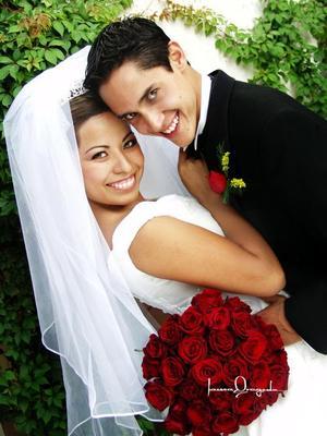 Lic. Ernesto Lesprón Frausto y Lic. Diana Jazmín Zapata Ortiz recibieron la  bendición nupcial en la parroquia Los Ángeles el siete de noviembre de 2003. Estudio Laura Grageda.