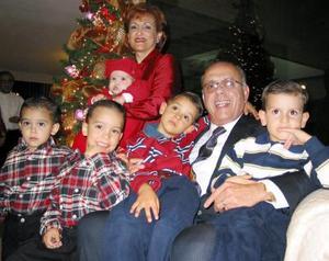 Armando Martínez Herrera y Leticia Alcázar de Martínez con sus nietos José Alfredo, Ricardo, Emiliano, Diego y Alejandro.