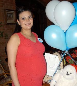 Nadia Díaz de Norris recibió un gran  número de felicitaciones en la fiesta de canastilla que se le obsequió en días pasados.