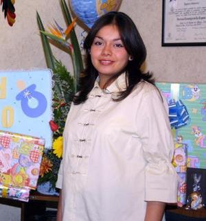 <u> 18 de diciembre </u> <p> Mayra Muñoz de Casas en la fiesta de regalos que le ofrecieron por el bebé que espera.