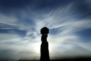Imponentes testigos del pasado colosal del pueblo rapa nui, los moai que un día quedaron enterrados junto a la cantera del Rano Raraku observan desde lo alto cómo sus iguales han ido desgastándose por el paso del tiempo, las incesantes lluvias tropicales y la torpe mano del hombre y los animales.