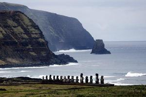 Los turistas se agolpan para llevarse un recuerdo de los gigantescos rostros tallados en roca que han puesto esta remota isla chilena en la atención mundial, pues los moai de este lugar son de los pocos que aún conservan sus rasgos milenarios.
