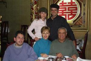 Jacobo Batarse R, en compañía de su esposa Ale de Batarse, sus papás y su hermano Omar .