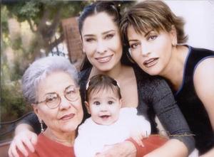 Mela García de Serna, Lorena Tamayo de Braña, Linda Serna de Tamayo y niña Jimena Braña Tamayo forman cuatro generaciones de estimable familia lagunera.