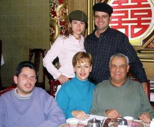 <u>20 de diciembre </u><p> Jacobo Batarse R, en compañía de su esposa Ale de Batarse, sus papás y su hermano Omar .