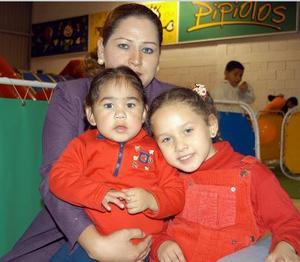 Ana Julissa y Frida  Magallanes Zermeño  acompañada de su mamá Ana Karina Zermeño de Magallanes en un festejo infantil.
