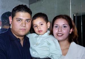 Jesús Ortega Cervantes acompañado de sus papás Jesús Ortega González y Viridiana Cervantes de Ortega el día de su festejo por su tercer anviersario