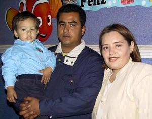 Isaac López Pérez acompañado de sus papás Efred López y Gabriela Pérez el día de su cumpleaños.
