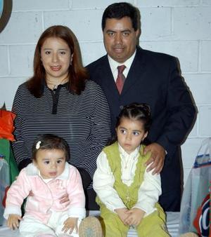 Nathaly y Marisol Valdez del Bosque acompañadas de sus papás Javier Valdez Márquez y Laura del Bosque Martínez