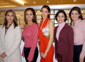 La futura contrayente  Carla Sosa en compañía de Liz Ontiveros, Elba Chavarría, Cecilia Sosa y Vanessa Loera.