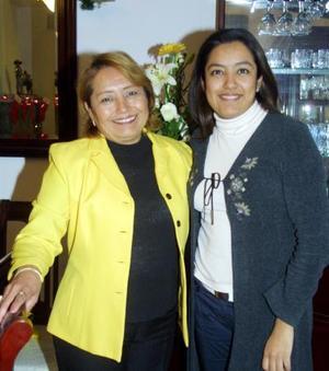 María Guadalupe Segovia  de Muñoz acompañada de Valeria Muñoz de León en el festejo que se le organizó por su cumpleaños.