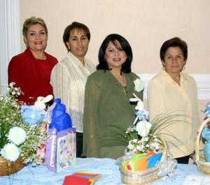 María Teresa de Rodiles espera la llegada de su bebé y por tal motivo recibió numerosas felicitaciones, en la gráfica la acompañan asistentes al festejo.