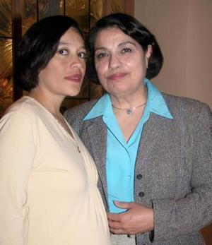 Marian Rodríguez de Ruiz con la anfitriona de su  fiesta de canastilla, Juanita de Ruiz