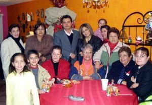 Martha de Gutiérrez, Dora Domínguez, Licha de Rodríguez, Lupita de Wong, Leticia de Salazar, Gloria Regina, Rosaura de Muñoz, Martha de Flores, Ale de Núñez, Hugo Núñez, Hugoalexei y Alexa Núñez.