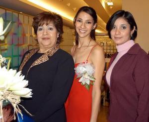Carla Sosa acompañada de Rosa María Lugo de Sosa y Cecilia Sosa de Acosta organizadoras de su fiesta de despedida.