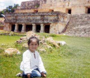 Andrea Judith Orona Uc en un viaje que realizó a Uxmal, Yucatán, es hija de los señores Mario Esteban Orona Martínez y Claudia Uc de Orona.