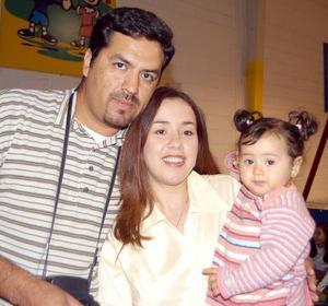 María Fernanda Valdez Flores con papás Carlos Valdez y Zulema Flores en pasado festejo infantil.