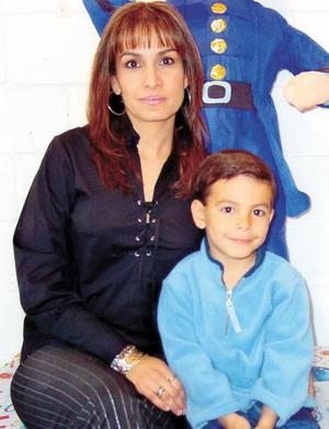 Miguel Wog Grajeda festejó su sexto cumpleaños acompañado por su mamá, Ana Cristina Grageda de Wong.