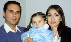 Natalia Estefanía Díaz López con sus papás, Ramiro Julio Díaz Villarreal y Mónica López Ríos, en un convivio infantil.
